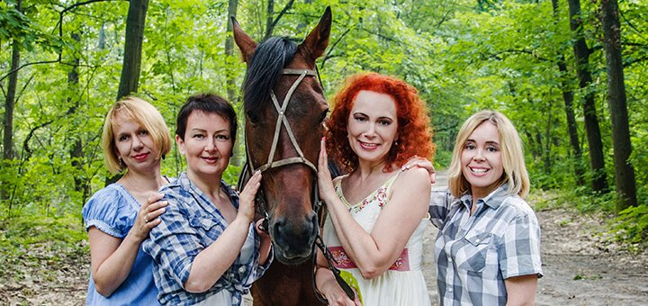 Скидка до 56% на семейную фотосессию с лошадьми в конном клубе «Кураж»