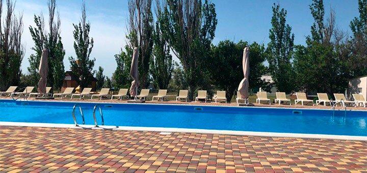 От 3 дней отдыха в бархатный сезон в комплексе с бассейном «Чайка» на Арабатской Стрелке