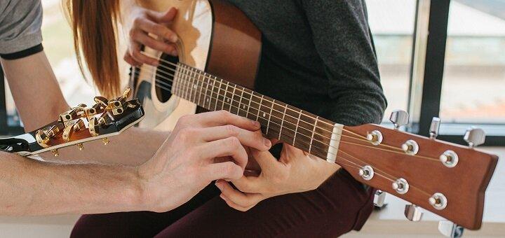До 8 индивидуальных или парных занятий по обучению игре на гитаре в «Brevis music school»